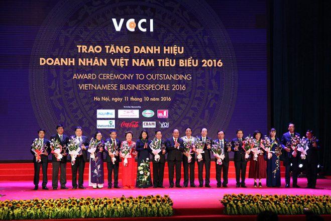 Doanh nhân Nguyễn Xuân Thành, Tổng giám đốc Công ty TNHH đầu tư xây dựng và phát triển Xuân Thành được vinh dự trao tặng danh hiệu Doanh nhân Việt Nam tiêu biểu và Cúp Thánh Gióng.