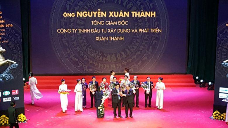 Ông Nguyễn Xuân Thành – Tổng giám đốc Công ty TNHH đầu tư xây dựng và phát triển Xuân Thành nhận Cúp Thánh Gióng từ Thủ tướng Nguyễn Xuân Phúc.