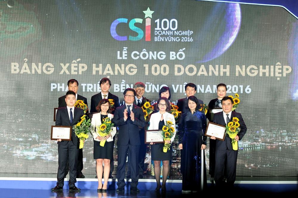 Tổng Giám đốc chụp ảnh lưu niệm cùng Phó chủ tịch nước Đặng Thị Ngọc Thịnh và chủ tịch VCCI Vũ Tiến Lộc